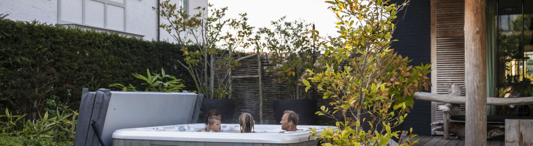 jacuzzi dans le jardin jacuzzi jacuzzi dans jardin jacuzzi jardin. Black Bedroom Furniture Sets. Home Design Ideas